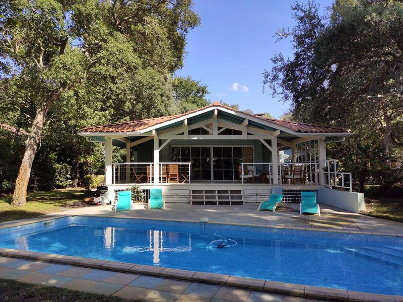 SUPERBE VILLA pour 12 PERSONNES (6 chambres doubles), PISCINE, holiday rental in Soustons