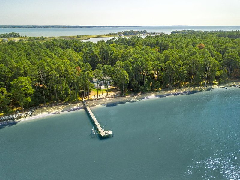 7acre Island Estate with 600 foot Private Beach & Pier.  Ranked #1 by VRBO!, location de vacances à Kinsale