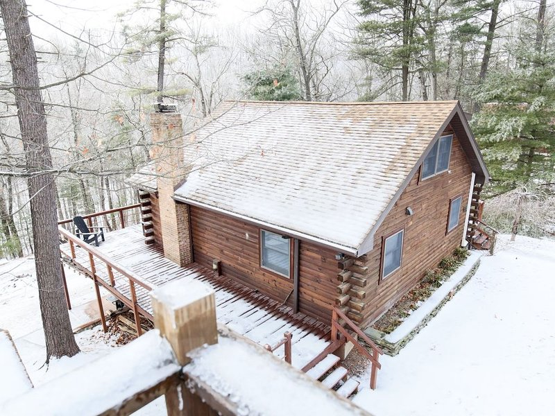 Luxury Cabin On 4 Wooded Acres w/ private Sleepy Creek Frontage, vacation rental in Berkeley Springs
