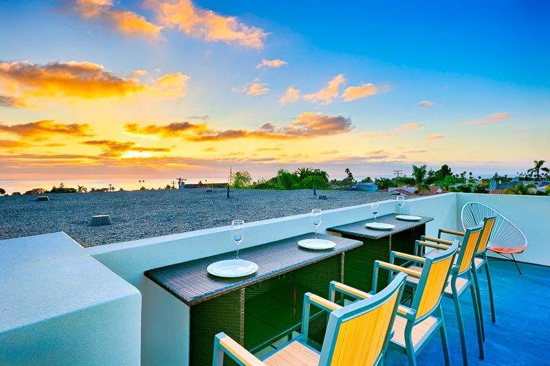 Barre de petit déjeuner avec vue sur le coucher de soleil sur la terrasse sur le toit
