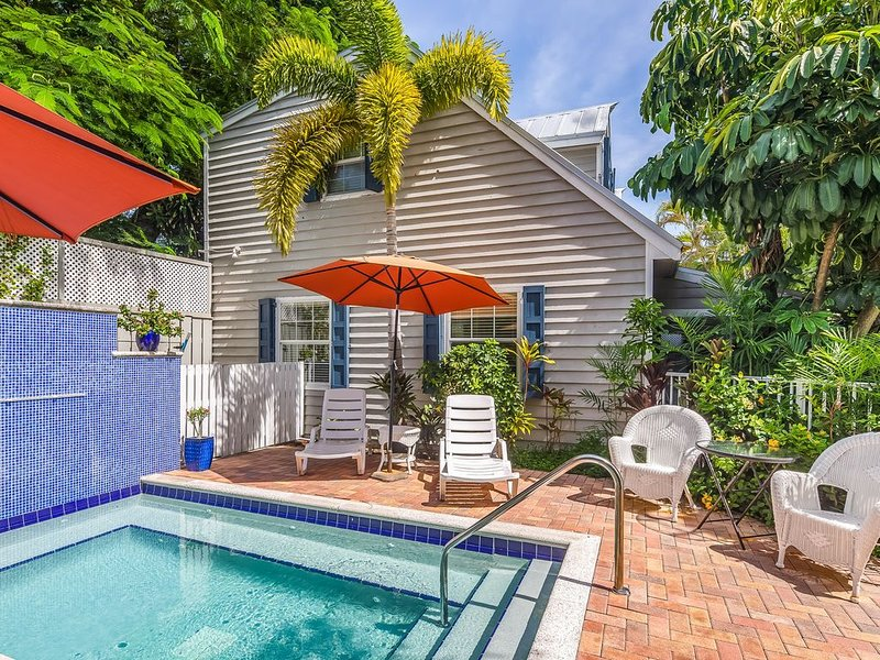 Romantic dog-friendly cottage w/shared pool, tropical decor, & easy beach access, holiday rental in Stock Island