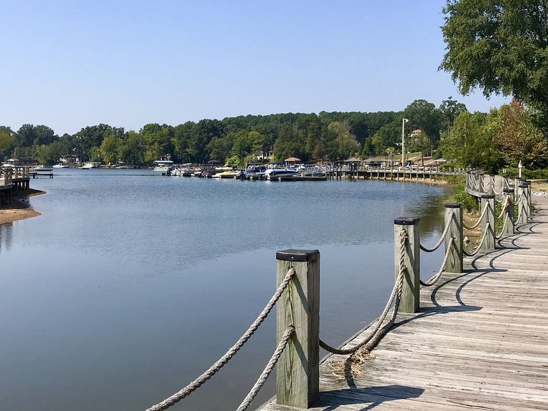 Waterfront Condo, 1st Floor, Fabulous View! Free Boat Slip!, vacation rental in Huntersville