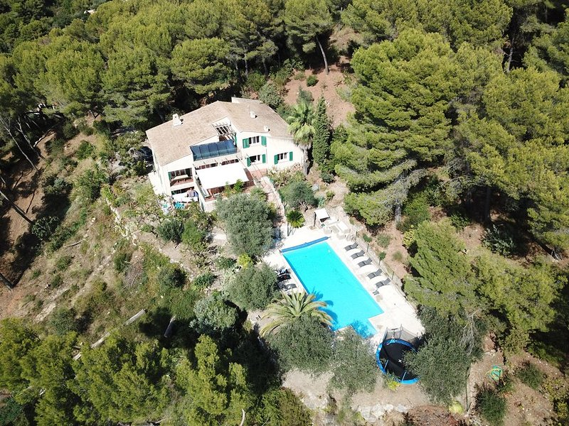 Villa Lentis Beautiful Villa with Large Heated Pool on the Hills of Nice, location de vacances à Castagniers