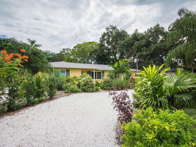 Peaceful Garden Oasis 2 Miles From #1  Beach In The USA, casa vacanza a Gulf Gate Estates