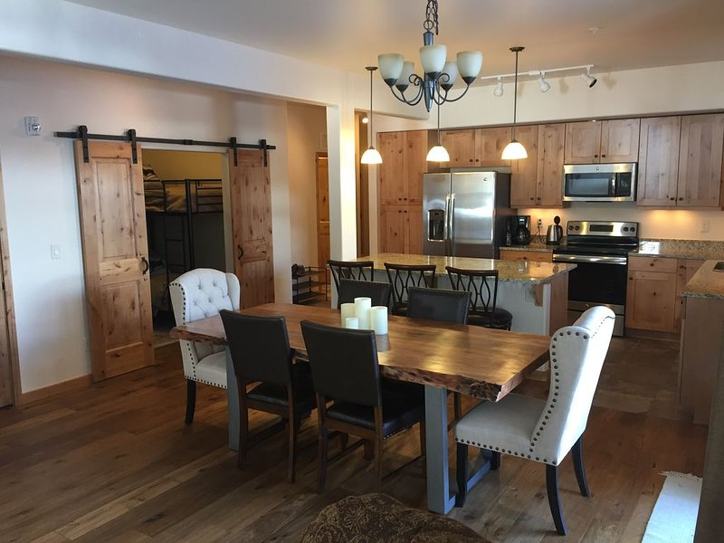 New! Luxury condo, Pool and Hot Tub, Ski Shuttle, Downtown, Close to All!, location de vacances à Winter Park