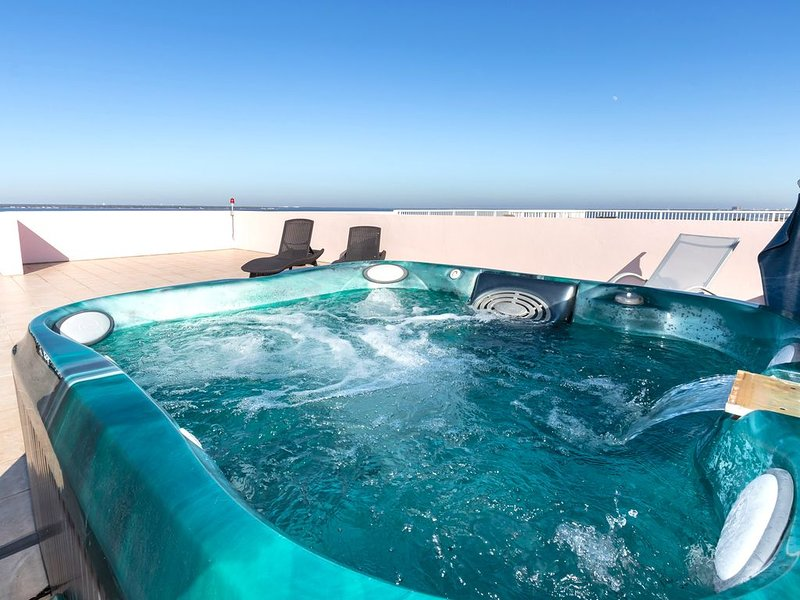 Spacious Penthouse-BOOK MARCH!!! Private Hot Tub on ROOF PATIO-Directly on WATER, alquiler vacacional en Fort Walton Beach