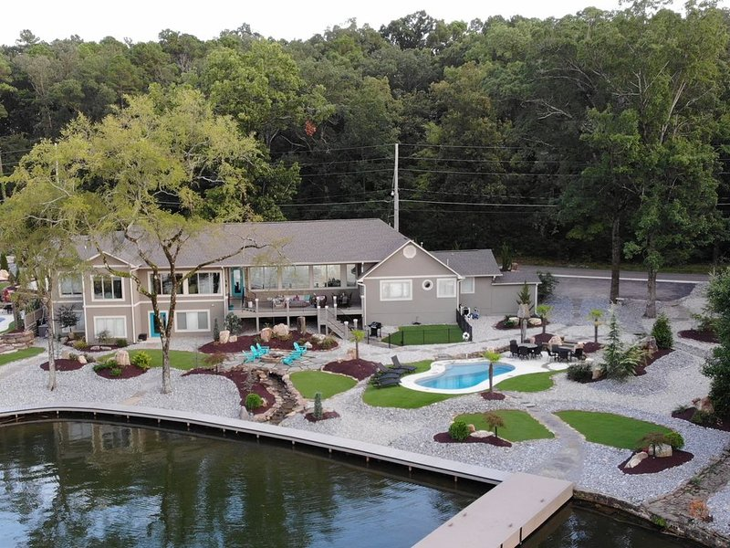 Amazing 5 bed Lake Home w/ Private pool,Hot Tub, and more! Every room lake view!, holiday rental in Hot Springs