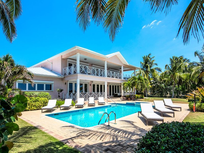 6BR-Villa Amarone--Private, Luxury Oceanfront Villa Minutes from 7 Mile Beach, aluguéis de temporada em Savannah