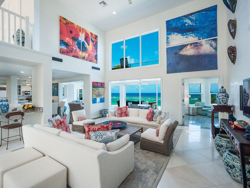 Great Bluff Estates: Luxury Villa with Pool, Cabanas, Multiple Decks & Great Sno, location de vacances à Gun Bay