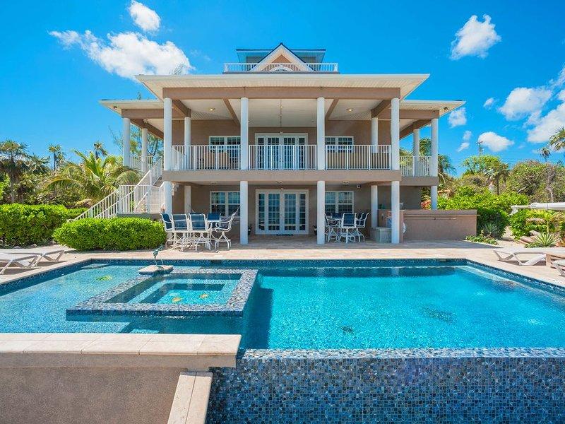 Our Cayman Cottage: Spacious Family Beach House w/ Pool, Spa, Kayaks, + Arcade R, location de vacances à Gun Bay