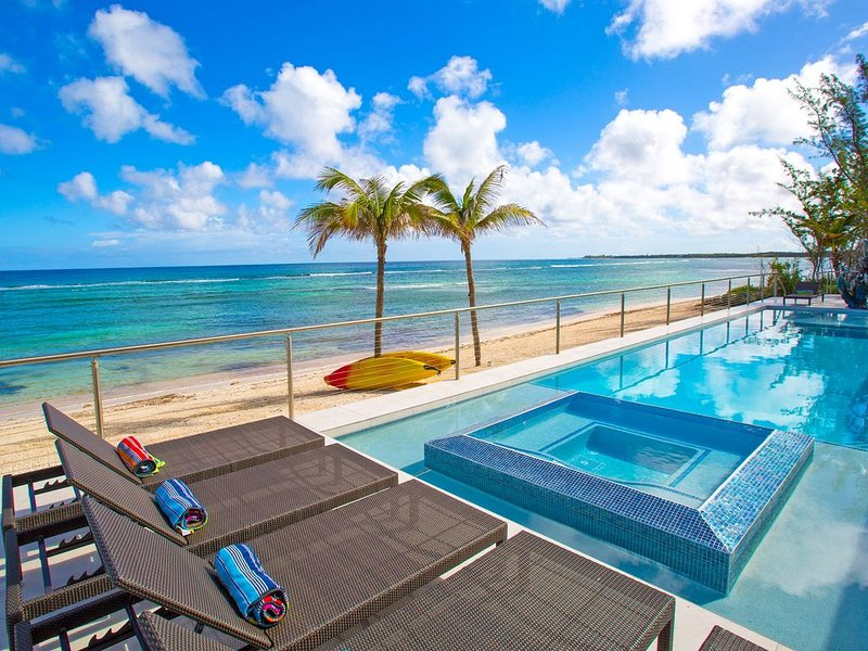 Twin Palms: Barefoot Beach w/ Shallow Snorkeling & 60-ft Pool w/ Heated Spa in R, holiday rental in Rum Point