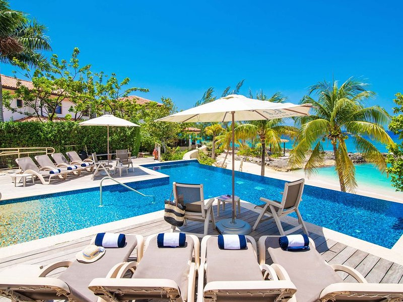 Casa Luna Villa #4: Gated Luxury Resort Near Seven Mile Beach w/Barefoot Beach,, vakantiewoning in George Town