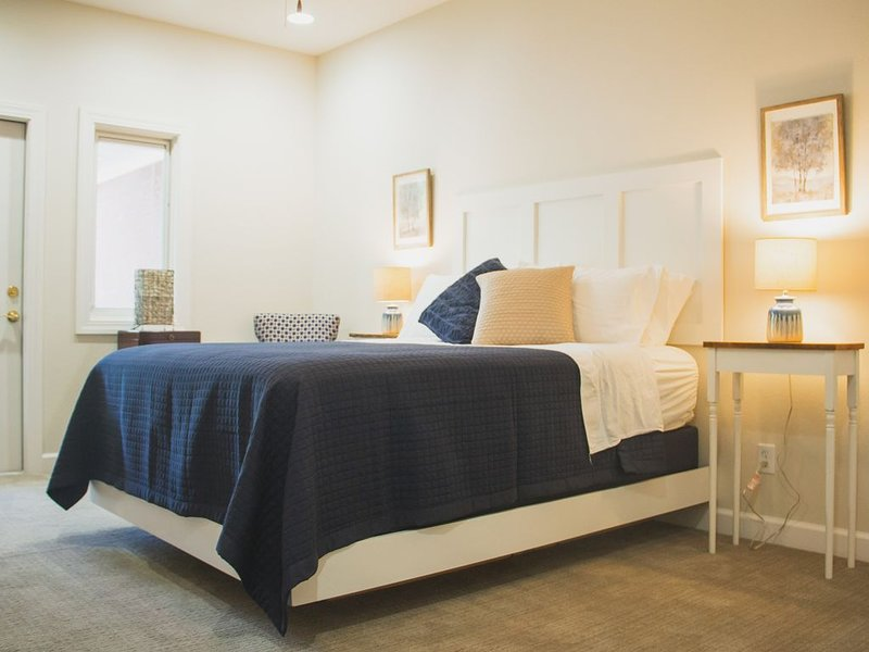 Private queen suite with en-suite bathroom in Historic Lower Town Arts District!, holiday rental in Calvert City