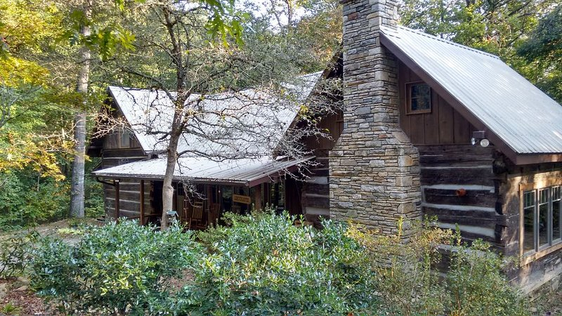 A rare gem with pioneer spirit, modern amenitiies and old world European style, holiday rental in Mill Spring