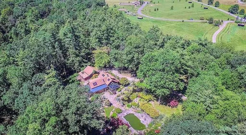 75 acre Nature Retreat Farm: Cabin + Barn + Waterfall + Pool + Hotub + Fireplace, location de vacances à High Falls