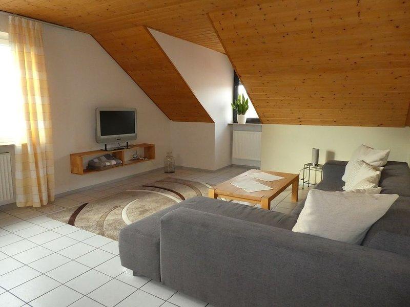 Geräumige und helle 90qm Ferienwohnung mit großem Wohnzimmer, kostenfreies WLAN, holiday rental in Volkach