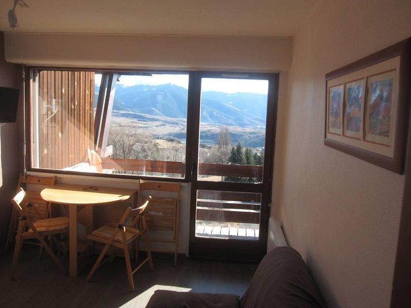 Appartement T2 dans résidence châlet au centre de font romeu box balcon plein su, location de vacances à Font-Romeu-Odeillo-Via