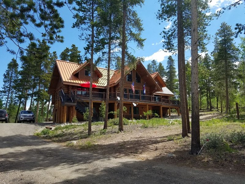 Secluded Custom Log Home w Hot Tub - by Winter Park, Granby Ranch & Grand Lake, location de vacances à Tabernash