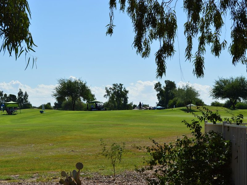 Golf Course Vacation Home on the 9th Green Heated pool  and more...!, location de vacances à Queen Creek