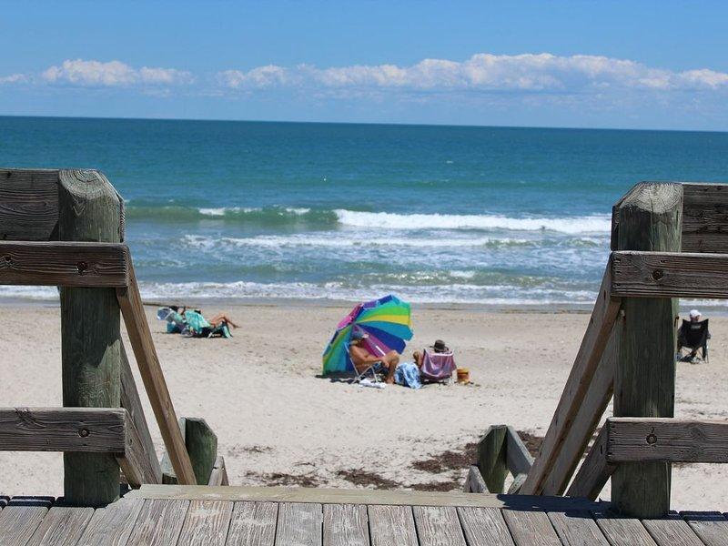 4 BEDROOM HOUSE JUST A WALK TO THE BEACH!, alquiler de vacaciones en Indian Harbour Beach
