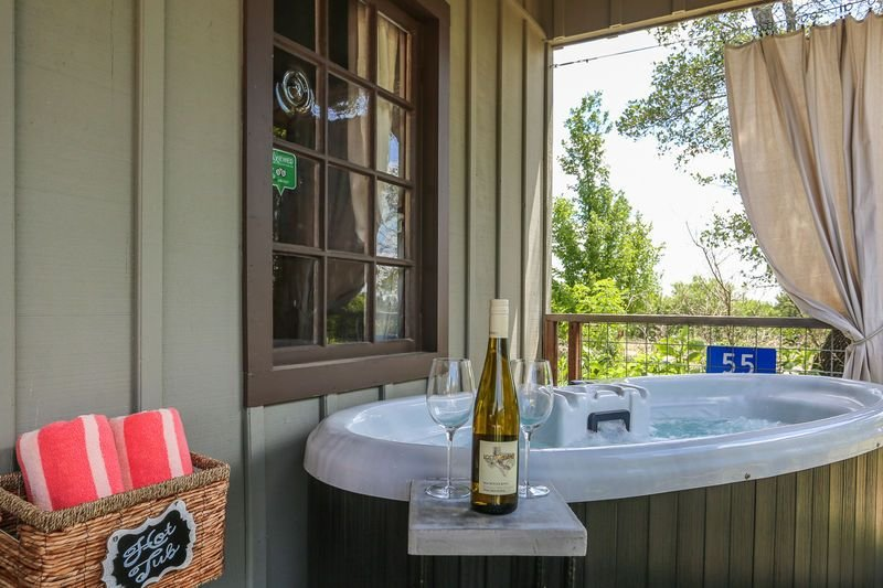 Honey Hill Morning Mimosa | Close to town | Hot Tub | Full Kitchen, holiday rental in Harper