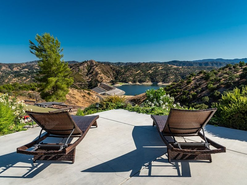 Beautiful Home on 20 acres overlooking Lake Nacimiento!, vacation rental in Lake Nacimiento