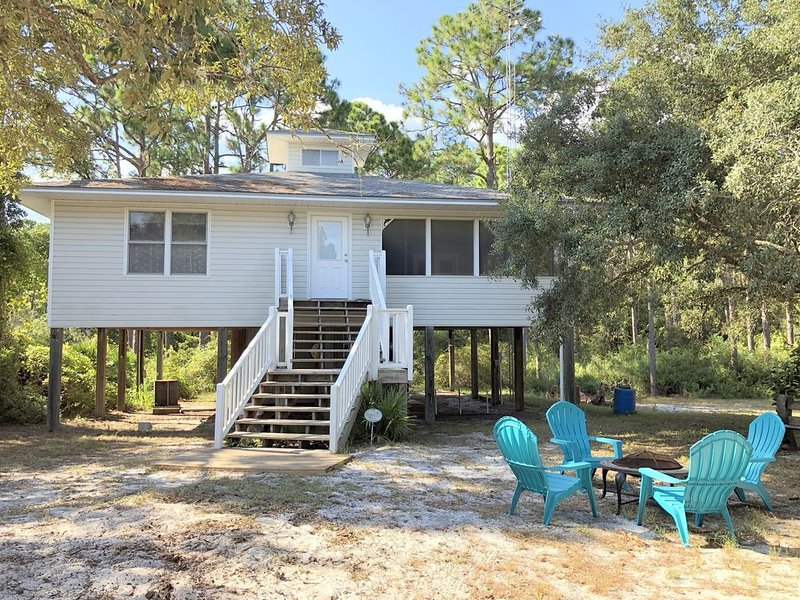 Cozy Beach Cottage Rental on the Forgotten Coast. Now includes WiFi, alquiler vacacional en Carrabelle
