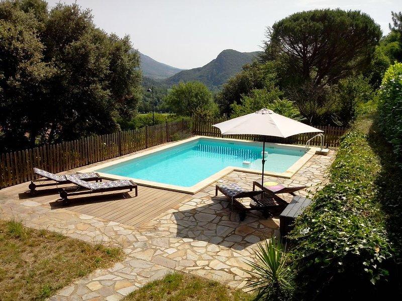 Maison avec piscine et vue unique, holiday rental in Vieussan