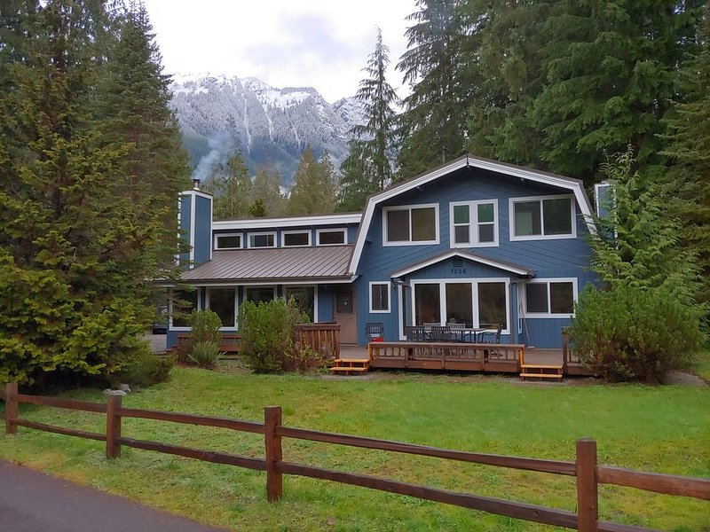 Giant Double House with Bar, Hot Tub, WiFi, Sunny Patio, and More! Sleeps 14(+)!, location de vacances à Glacier