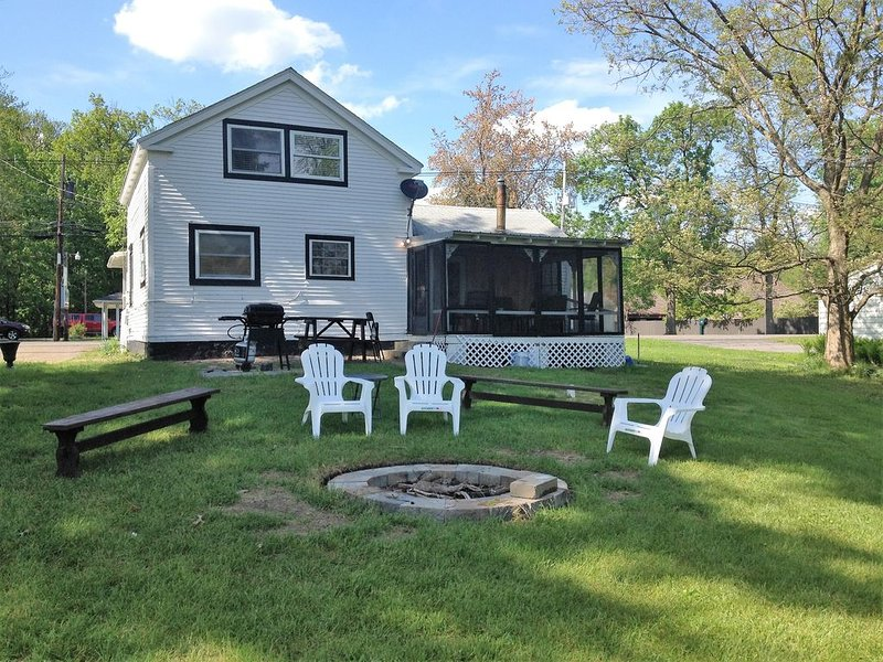 Book now for the warm days and cool nights lakeside during the Fall season., vacation rental in West Monroe
