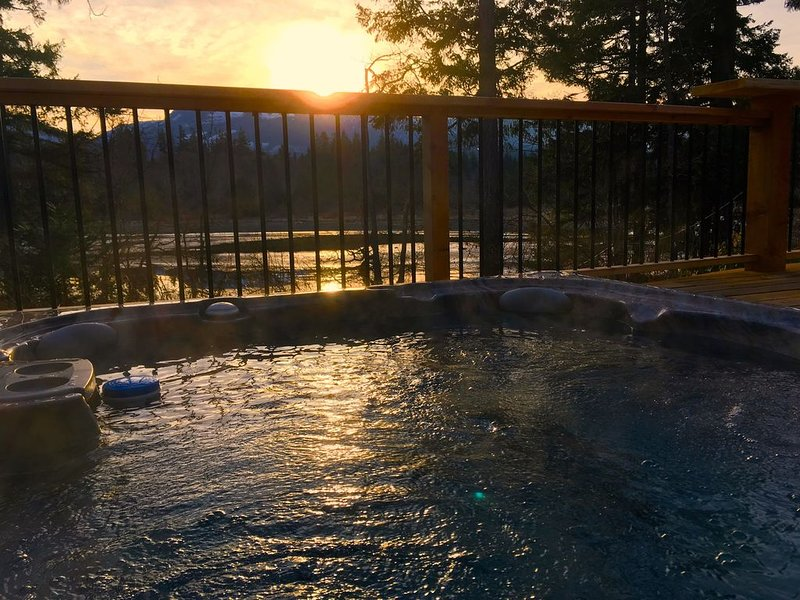 Sunny Shores Beach House *Hot Tub + Ocean + Mountains + Sunsets = Paradise!, location de vacances à Comox Valley