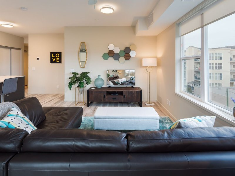 ★ Modern Spacious 2BR Condo Downtown | Free Parking, holiday rental in Kelowna