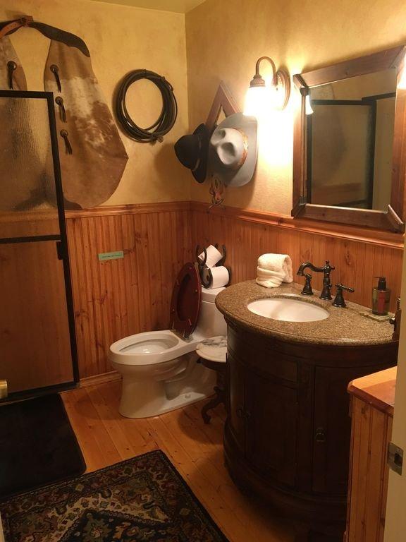 Salle de bain avec douche debout.
