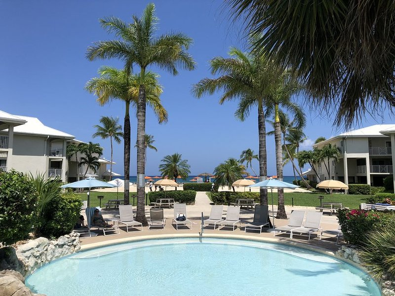 Beautiful Ocean View Condo on Famous 7 Mile Beach, holiday rental in Seven Mile Beach