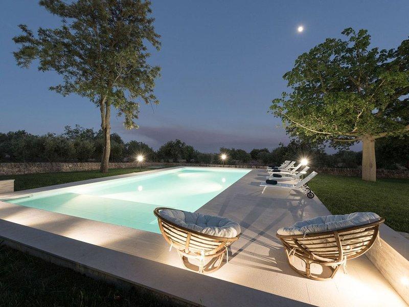 Bella villa con piscina, ristrutturata nel 2018, con vista sul mare e sulla camp, holiday rental in Zappulla