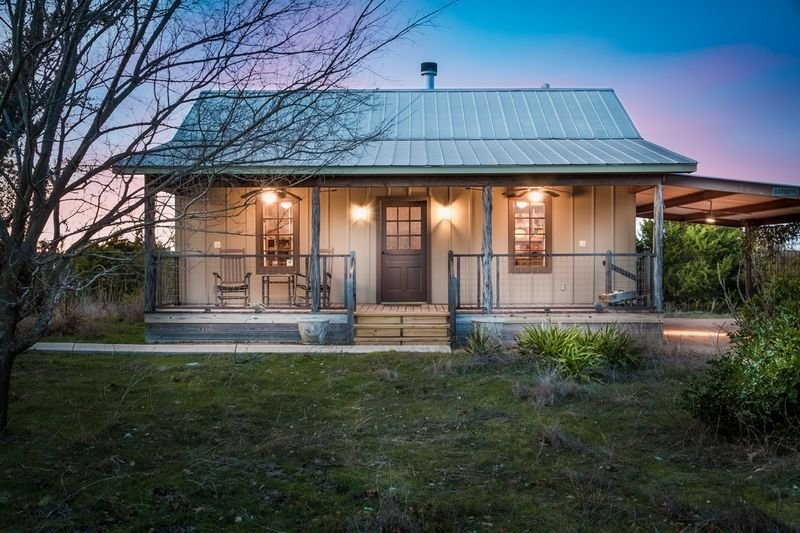 Honey Hill Wild Rose Cabin | Close to town | Hot Tub | Full kitchen, holiday rental in Harper