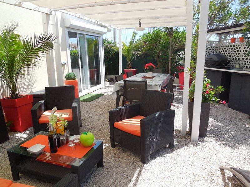 Appartement T3 en duplex avec Jardin 70m2  CLIM-WIFI TV TNT + SAT Europe., holiday rental in Agde