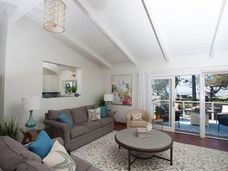 Salon, balcon avec vue sur l'océan. Les deux canapés se déplient dans des lits queen