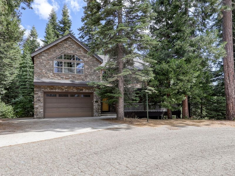 Spacious farmhouse-style home in the woods w/ a creek, & private pool table, alquiler de vacaciones en Shaver Lake