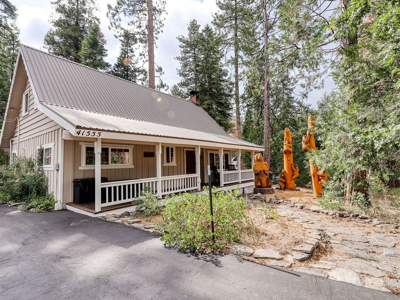 Cozy home w/ spacious decks & a long driveway for boat parking, 1 mi to town!, alquiler de vacaciones en Shaver Lake