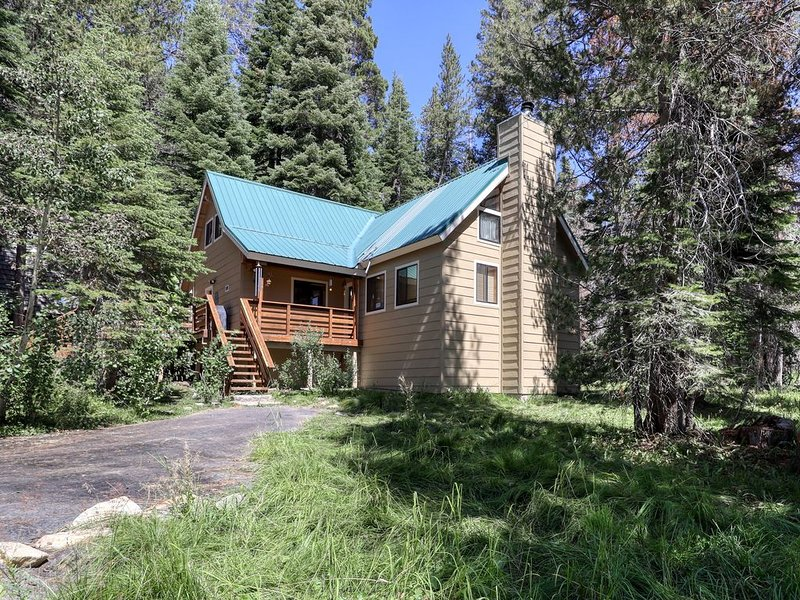 Spacious, cabin-style home w/ deck, near restaurants, slopes, & lake - dogs ok!, alquiler de vacaciones en Lakeshore