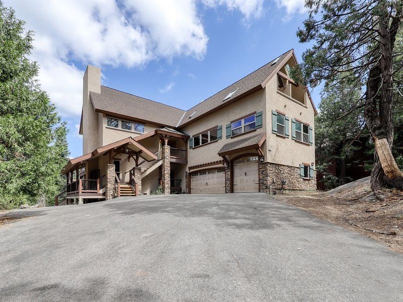 Spacious mountain home w/ game room & stunning views - near lake and slopes!, vacation rental in Shaver Lake