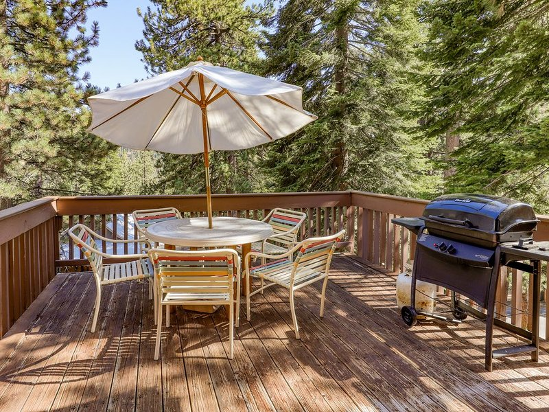 Cozy condo w/ shared pool & hot tub - walk to the marina on Huntington Lake!, holiday rental in Huntington Lake