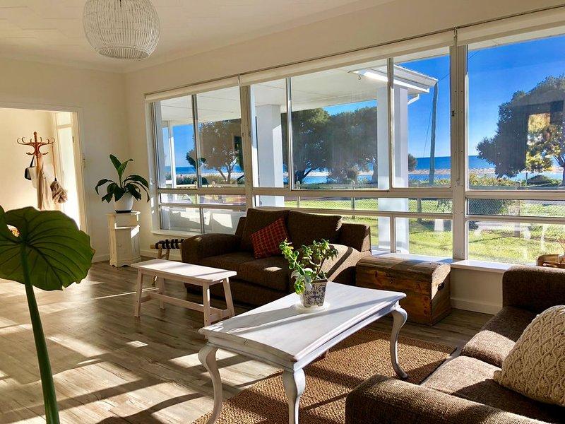 Sandbars Beach House. Stunning views - Directly opposite the beach!, vakantiewoning in Anniebrook
