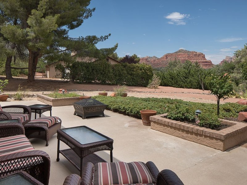 Lux Sedona Spectacle Main and Guest Houses with Views of Red Rocks, vacation rental in Rimrock