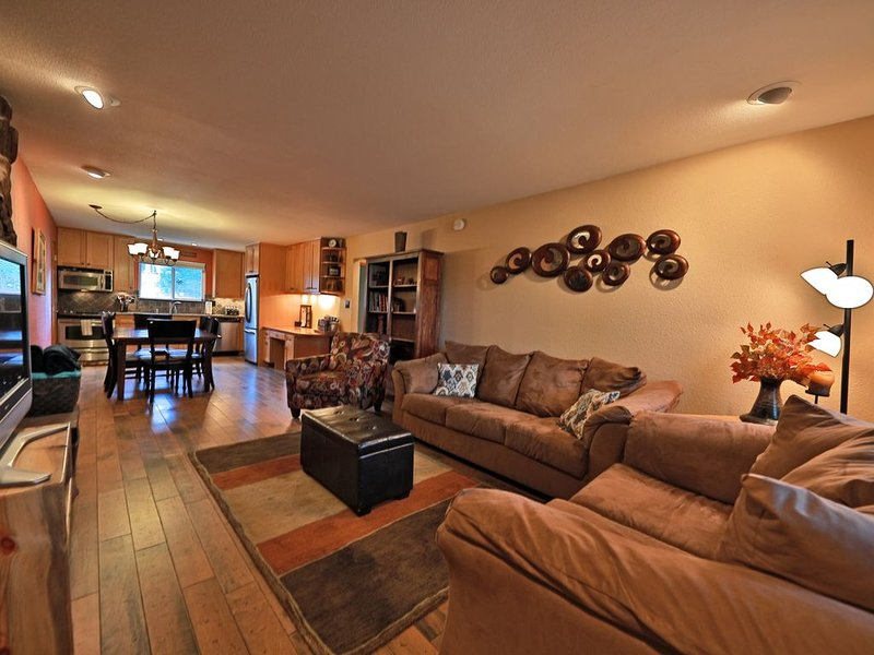Hi Country Haus - 10-18 Walk to Downtown and Free Shuttle to Winter Park! Hot Tu, vacation rental in Winter Park
