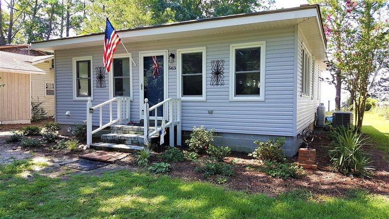 Waterfront Cottage On Sandy Beach of Neuse River- OFF SEASON PRICES 11/1-4/30/17, holiday rental in Bridgeton