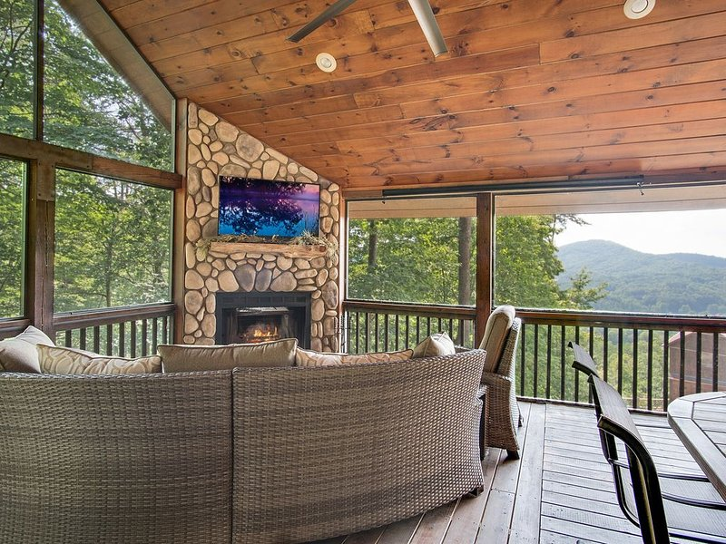 6 decks, outdoor fireplace, hot tub, panoramic mountain view, fire pit, games..., location de vacances à Blue Ridge