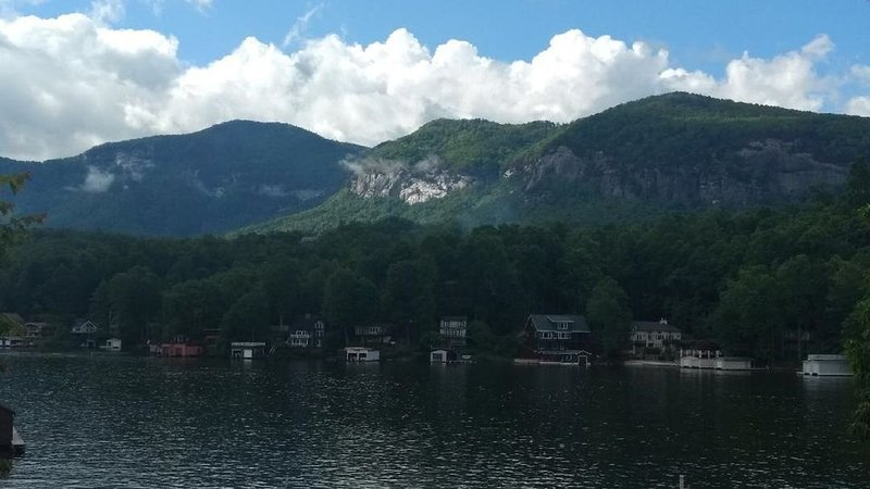 Lakefront - Cozy Cottage Directly On Beautiful Lake Lure! – semesterbostad i Lake Lure