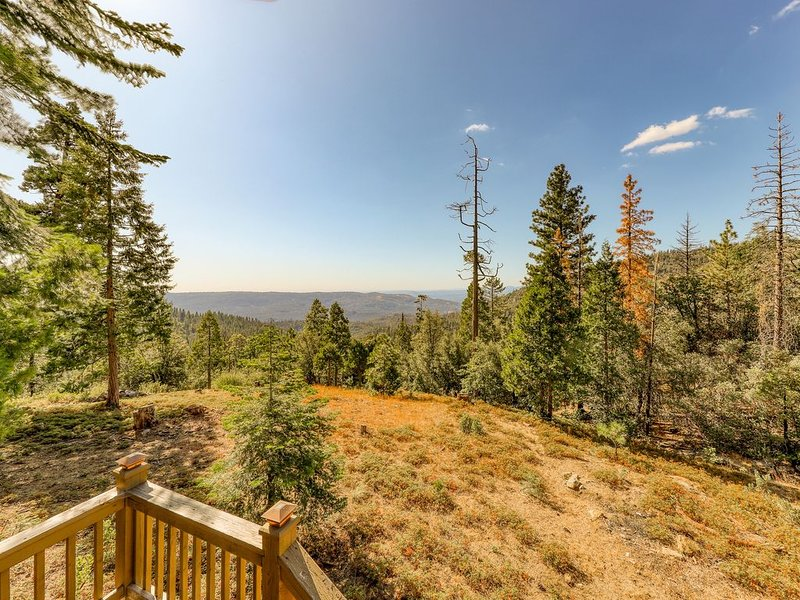 Cute & cozy mountain cabin w/ beautiful views - watch the sunset from your deck!, casa vacanza a Shaver Lake